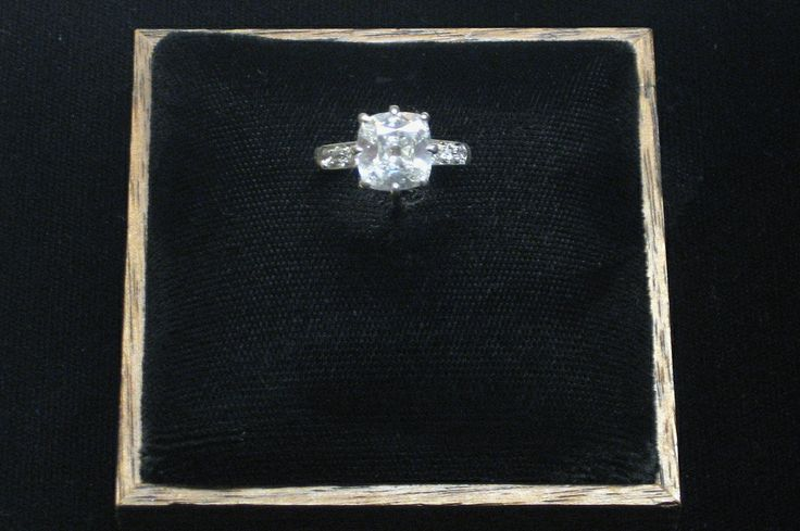 Franklin D. Roosevelt gave this engagement ring to Eleanor Roosevelt on her 20th birthday, October 11, 1904. They did not announce their engagement, however, until December of that year. They were married on March 17, 1905.❤❁❤❁❤❁❤❁❤❁❤  http://www.fdrlibrary.marist.edu/aboutfdr/biographiesandmore.html