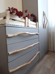 переделка мебели: ручки из очищенных и покрытых лаком березовых веток