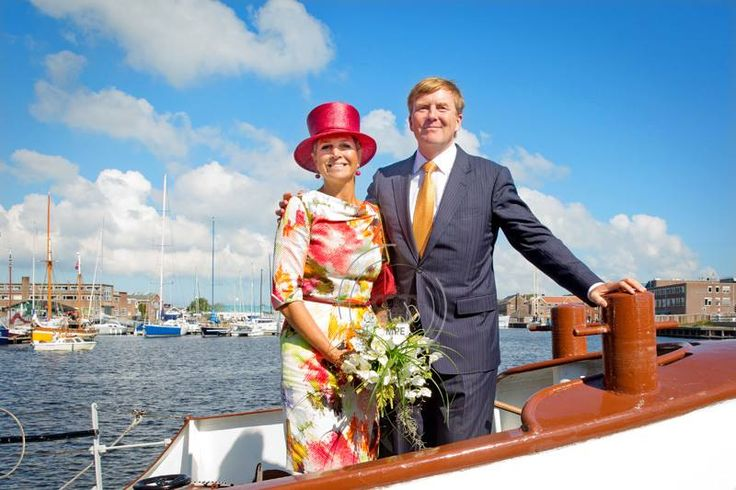 Streekbezoek Kop van Noord-Holland. Maxima in een jurk van modehuis NATAN en een bekende hoed van modiste Fabienne Delvigne