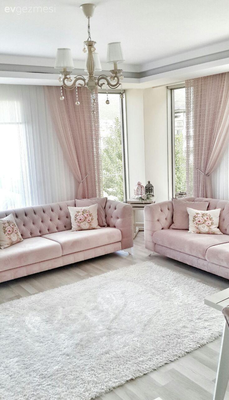 Salon koltukları Saloni Mobilya'dan. Perdeler, koltuk ve berjerler arasındaki yumuşak renk geçişi dingin ve göz yormayan bir atmosfer oluşturuyor..