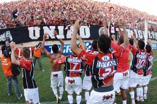 Torcida e jogadores do Joinville (JEC) comemoram a volta do time aos bons tempos