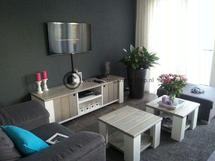 Audiomeubel met twee salontafels uit de serie Rosalie. Een sfeervol geheel.