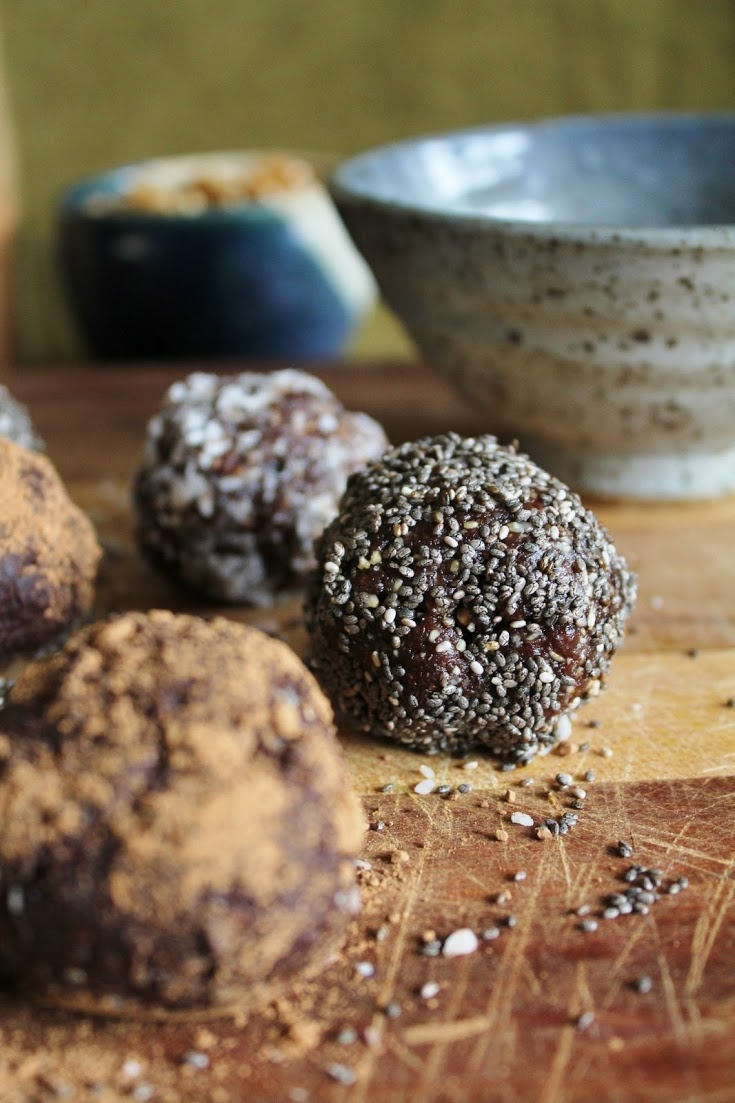 raw vegan walnut bliss balls with chia, coconut + carob. A great dessert or on the go snack! #healthy #dessert #carrob #chia