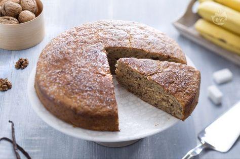La torta di banane è un dolce soffice e gustoso da servire come accompagnamento per un tè o un caffè, preparato con polpa di banana e noci tritate