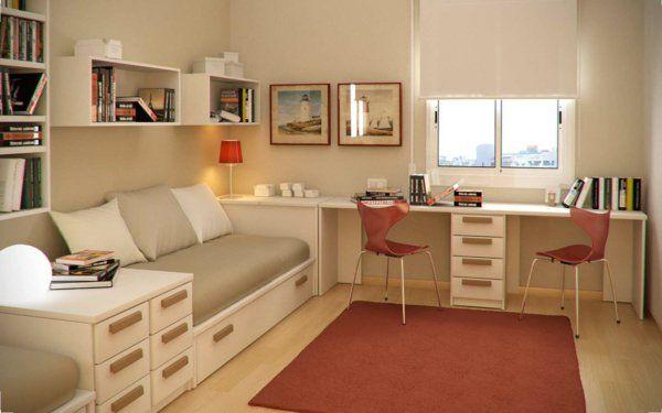 un bureau suspendu et deux chaises oranges, lit avec rangement et un tapis orange