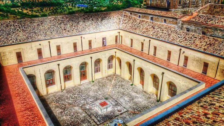 Monastero di Santa Chiara  _ Chiostro - La posa della prima pietra del convento risale al 2 giugno 1610, mentre il periodo di costruzione della chiesa è compreso tra il 1690 e il 1699. Fu occupato dalle suore Clarisse a partire dal 15 maggio 1668, fino alla soppressione dell'ordine nel 1861. Il grandioso complesso monastico fu costruito su preesistenti strutture di un'antica fortificazione testimoniata in modo evidente dalla tozza torretta quadrangolare, residuo di un probabile avamposto di…
