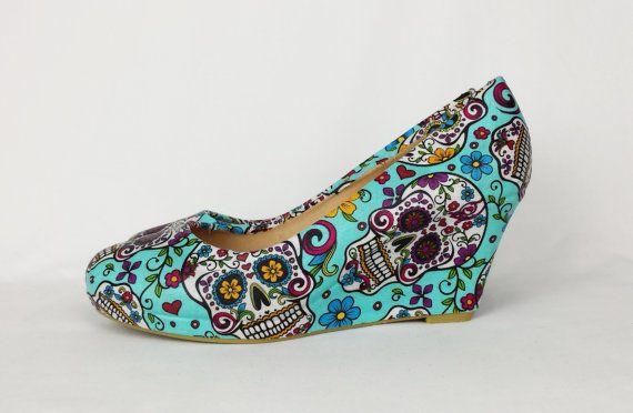 Candy cranio scarpe. Scarpa con zeppa rivestito in tessuto di cranio di zucchero. fatto a mano e uniche scarpe funky. Rock & roll gotico goth punk metal funky scarpe uniche  3 Cuneo  Queste scarpe sono state amorevolmente rivestito in tessuto per dare look unico. Hanno rivestimento impermeabile e antimacchia. Se questo non è il tuo tipo di scarpe posso fare pompe, formatori, tacchi alti o scarpe con zeppa.  Siete pregati di notare che questa è la lista per su ordinazione e avrà circa 2-3 ...