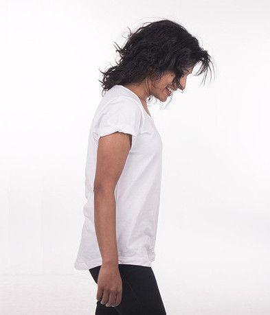 Hvid t-shirt i løst fit og opsmøgede ærmer i økologisk bomuld fra Enkel Basics fra My Fair Shop