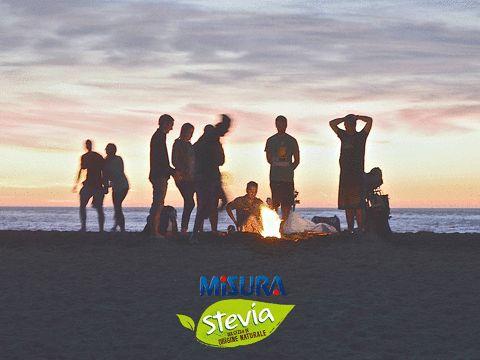 """Il tuo ragazzo ama i falò nelle lunghe spiagge pugliesi mentre tu le feste in discoteca a Riccione? Per fortuna Misura Stevia mette tutti d'accordo, anche con il concorso """"La musica che ci unisce""""."""