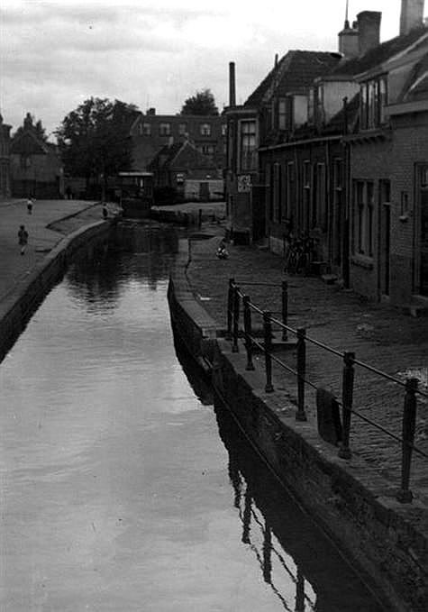 Het Zwarte Water 1931: Vanaf de Lauwerecht. Rechts de huizen aan de Keizersgracht. Op achtergrond schoorsteen van de Melkfabriek