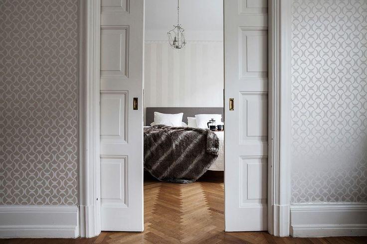 Heeft jouw huis een klassieke stijl? Je kunt een speels contrast creëren met moderne elementen of juist inspelen op het karakter met een vleugje vintage.