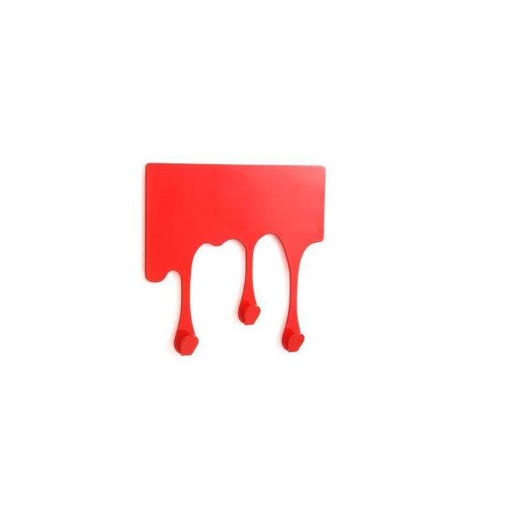 Original colgador con 3 ganchos, para colgar llaves o pequeños objetos otra cosa que se te ocurra. En la parte trasera tiene un adhesivo para poder colgarlo fácilmente. Material: Acero en color rojo. Medidas: 12 x 12 x 2 cm.