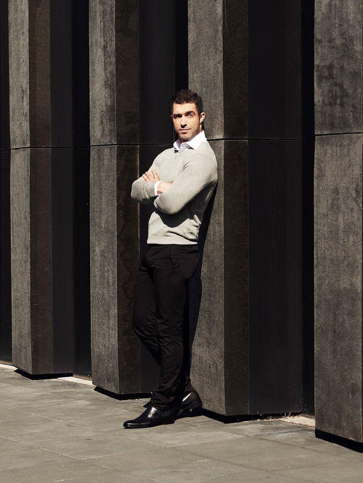 Klasyczny, ale bardzo wyrafinowany look od Denley na chłodne dni. Białą koszulę łączymy w nim ze swetrem z dekoltem w serek i stylowymi spodniami chino w czarnym kolorze. Outfit znakomicie sprawdza się na co dzień, jest idealny także do pracy.