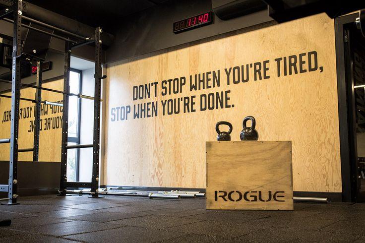 Don' t stop when you're tired, stop when you're  done. Level Up Fitness, Wrocław. Projekt wnętrz: Małgorzata Konicka i Patrycja Dąbrowska (pracownia 28form). Foto i grafika: Mateusz Gzik.