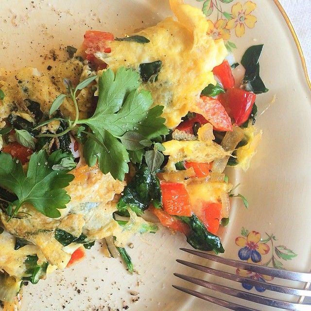 #frukost #omelett med massor med grönsaker: paprika, lök, spenat och persilja. Gott!