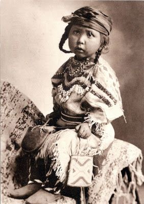 CANADA ( Alberta) / UNITED STATES (Montana) - Blackfoot Confederacy - A Blakfoot little girl (ca. 1900)