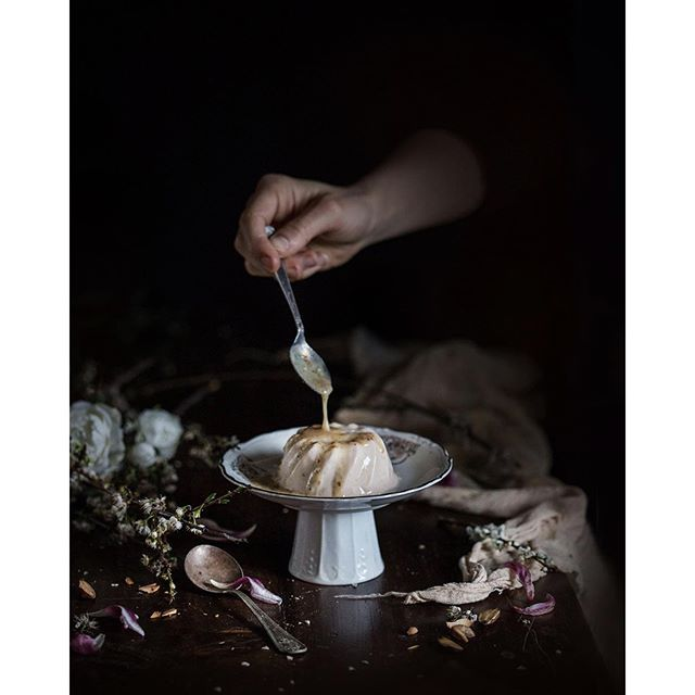 I ventured into a secret path to the promontory nearby, in the wilderness where tons of blueberries and honeysuckle grow. I harvested a bucket full of flowers, and now planning to make cordial as per @local_milk 's recipe. While she made wonderful bi...