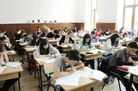 Elevii de la Liceului Teoretic Nicolae Bălcescu din Medgidia care au sustinut luni prima probă la simularea examenului de Bacalaureat la profilul uman au primit subiectele 2 si 3 destinate profilului real
