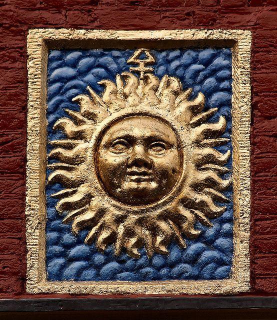 Gevelsteen met een zon