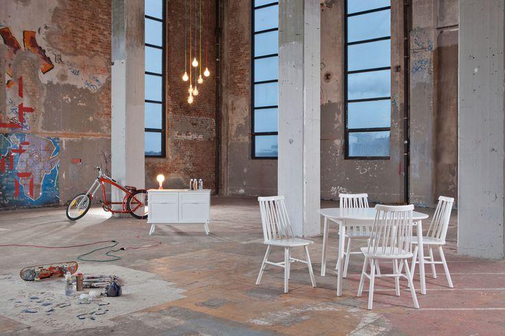 Store| Hans K - Flera generationers erfarenhet av design och kvalitet.ZigZag är en pinnstol i massivt trä som finns med många valmöjligheter. Designen är framtagen av Markus Johansson för Hans K och den handlar om att skapa balans och känsla. Med sina avspända vinklar och skön sittkomfort får ZigZag sin unika karaktär. Detaljerna i stolen är genuina med sina svarvade pinnar och med ett tydligt grafiskt uttryck. I serien hittar du stolar, barstolar, juniorstolar, sideboards samt matbord. Glöm…