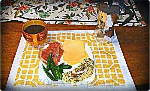 ¡El desayuno bajo en carbohidratos -  Empezamos con un cafécito expresso de Etíope, y un Omelet de claras de huevo con azafrán y hierbas de olor, chile jalapeño fresco en rajas, queso Gouda Holandés,  y dos lascas de jamón serrano hecho de res ;) - #lowcarb #lowcarbdiet  - #PapiAventuras  ;)! @PinkGuayoyo @Helenation +Helenation - Helena Osorio-Zavala  #UK, #unionjack, #union_jack, #england, #Salvador, #Jesuit, #ihs, #jesuita, #ultramarathon, #raramuri, #Tarahumara, #NativeAmerican…