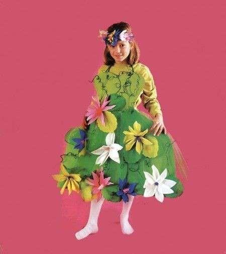 Un bellissimo costume floreale fai da te per bimba. Si tratta solo di uno dei tanti esempi di come si possano usare le mani e la creatività per confezionare originali e bellissimi costumi di Carnevale per i bambini. Si può usare la stoffa, naturalmente, ma anche la carta e altri materiali. I vestiti possono essere più o meno elaborati, l'essenziale è che siano divertenti, graziosi e che piacciano a chi li deve indossare. Vediamo qualche spunto!