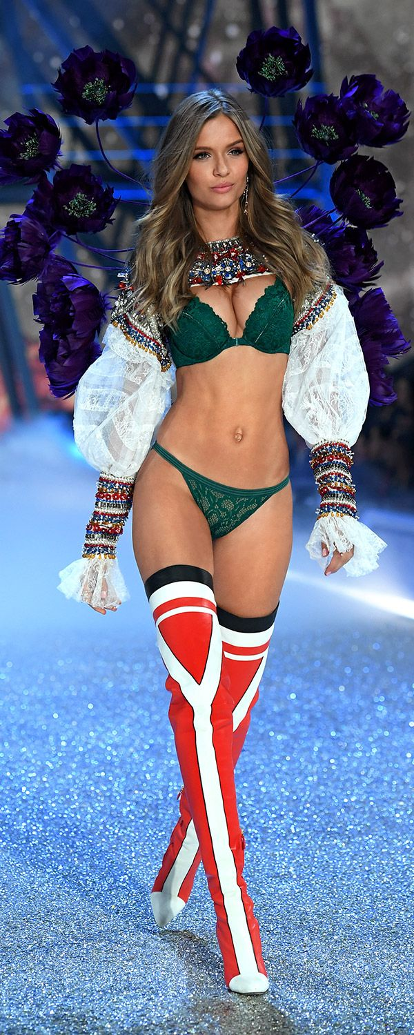 Josephine Skriver is gorgeous in green! | Own The Look: Victoria's Secret Fashion Show