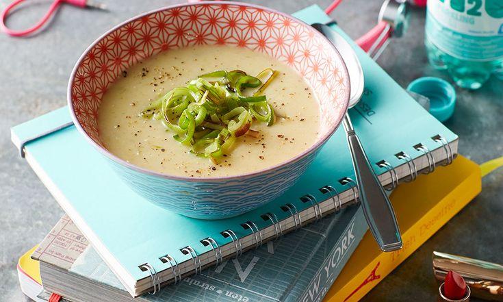 Jummie! Vandaag maken we een heerlijke romige pastinaak-appelsoep met gebakken preitjes. Een lekker licht soepje voor de lunch! Bekijk het recept.