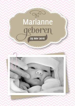 Geboortekaartje voor een meisje met een zig zag patroon op de achtergrond. Klassieke letters, vervangbaar foto frame met een paperclip, zacht & trendy.  #geboorte #geboortekaartje #baby #meisje #newborn #kaartje2go