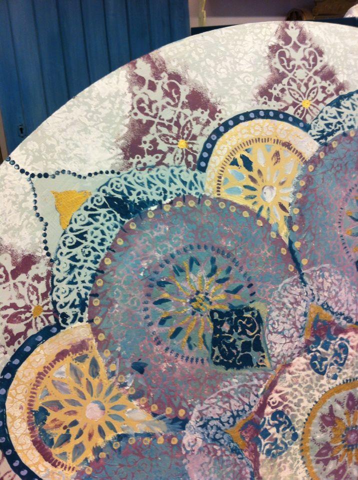 Fru trolleruds mandala laget av vintrochalkpaint og en stor bord plate.