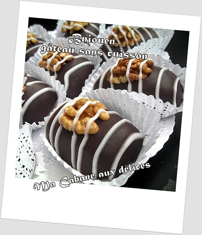 Une autre version Bniouen, de gâteau sans cuisson au chocolat, très appréciable quand on pas de temps. Une farce amandes, noix, biscuits petit écolier mixés puis