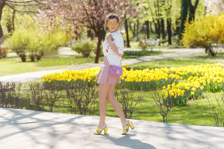 Wearing a girly look while chasing magnolias in the city, today on my blog: http://larisacostea.com/2017/04/chasing-magnolias/