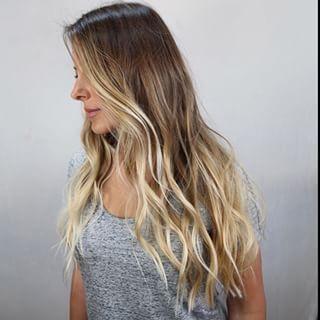 O verão é sim uma ótima estação para a escolha por fios loiros. E é por isso que muita gente decide mudar a cor do cabelo para loiro justamente no verão, onde as praias são mais visitadas e o loiro de certa forma dá uma impressão de sol, calor, praia… Ou seja, verão. E se você quer curtir o calor do verão nada melhor do que mudar o visual. #dicanew #verão #mudando #o #visual #amoquefaco #colorista #highlights #brunette #blond #curl #natural #efeito #pontos #de #luz