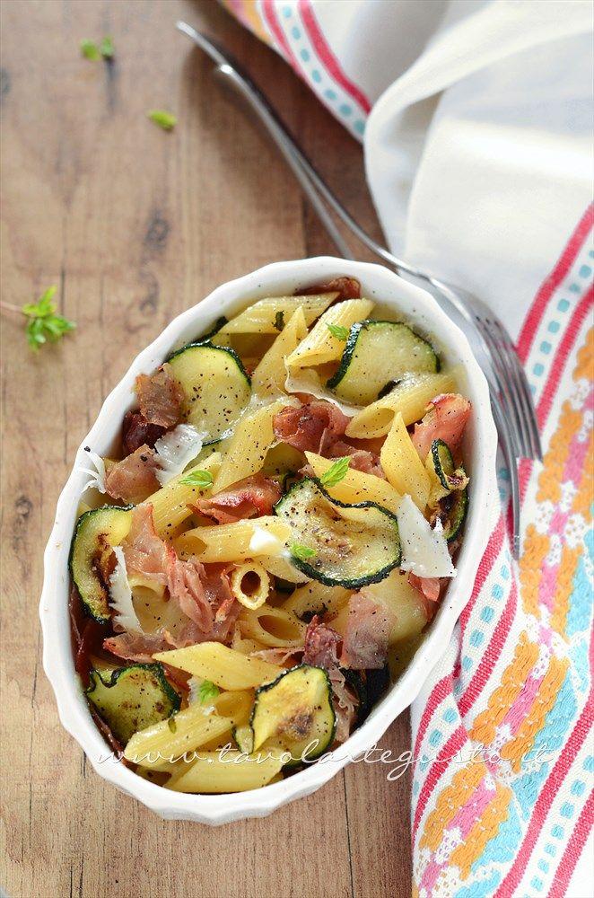 Pasta al forno con zucchine e speck: http://www.tavolartegusto.it/2013/10/09/pasta-al-forno-con-zucchine-speck/