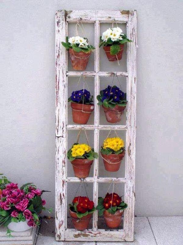 1 vieux cadre de fenêtre peut très facilement se transformer en étagère mobile à fleurs