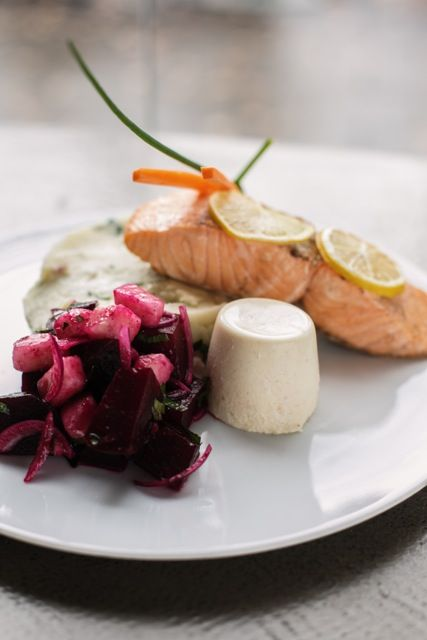 łosoś na puree ziemniaczanym z cytrynową panna cottą i sałatką z pieczonych buraków i gruszki // salmon on potato puree with lemon panna cotta and baked beetroot and pear side salad  by monikamotor.com