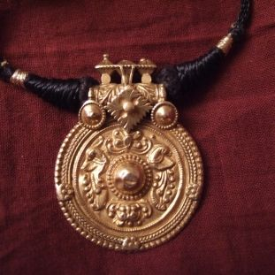 20ct gold, pendent Gujarat, India     Description     This wedding gold pendant (thali) from Tamil Nadu (south India) is a part of the woman 's dowry...      Weight:6,4gr    Height:Pend:1,3inch    Width:Pend:0,9inch    Lenght:Adjust. rope