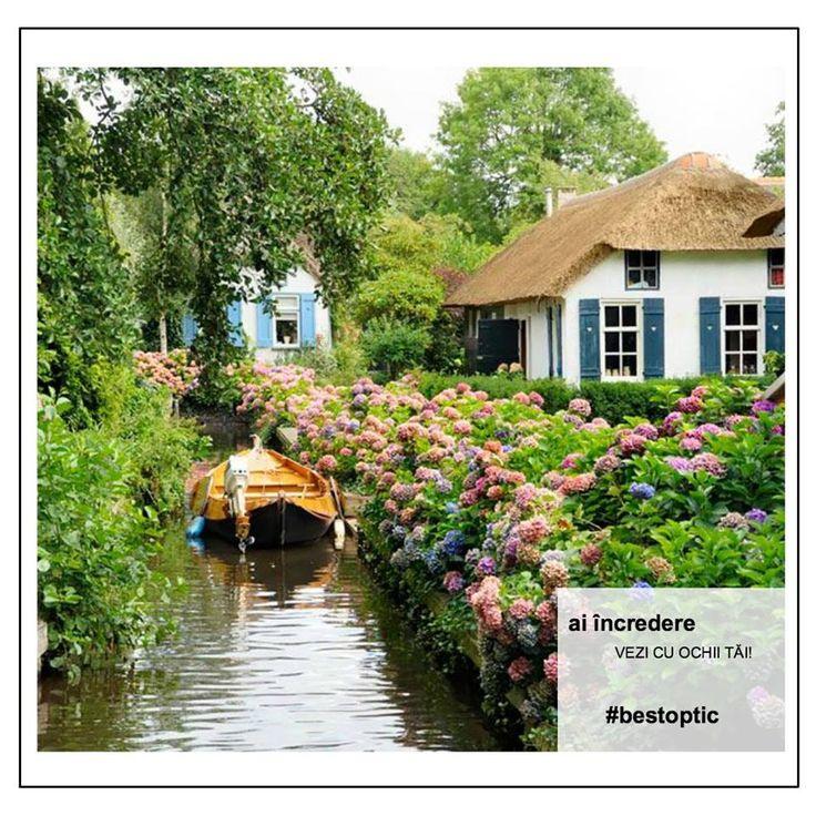 """Giethoorn sau Veneția nordică este o așezare mică, ridicată în inima Olandei. Unde micile așezări rurale sunt asemenea unor """"pete"""" de civilizație umană, un exemplu perfect de comuniune om-natură. Peisajul rural este format din case vechi de 200 de ani, podețe de lemn, care fac legătura între gospodării și centrul satului și o singură alimentară. În rest, pietoni, biciclete și bărci. Fără mașini, fără poluare, fără fițe corporatiste, fără stres."""