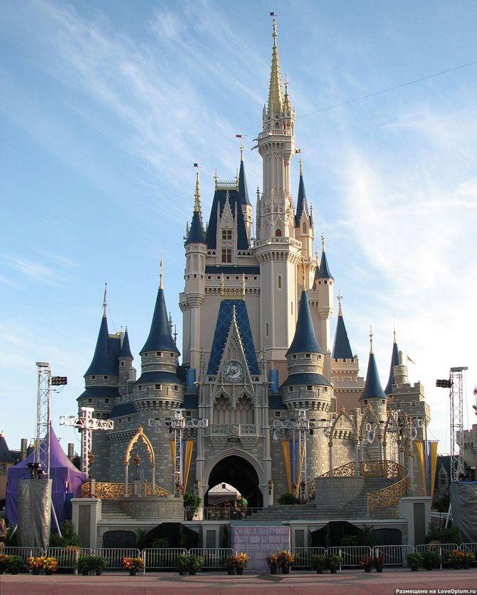 The World Distey World Resort, США    «Всемирный центр отдыха Уолта Диснея» в Орландо, США — самый большой по площади и самый посещаемый центр развлечений в мире, покрывающий площадь в 100 кв. км. В его составе: четыре тематических парка, два аквапарка, 24 тематических отеля, многочисленные магазины, кафе, рестораны и места развлечений.    Замок Золушки — официальный символ Диснейуорлда и парка «Волшебное Королевство»: