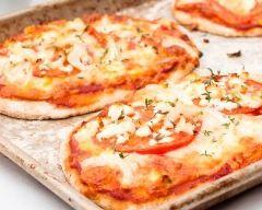 Pizza-baguette express - Simple comme bonjour mais comme bonjour on n'y pense pas toujours :) Ne pas oublier le filet d'huile d'olive, varier à l'infini.