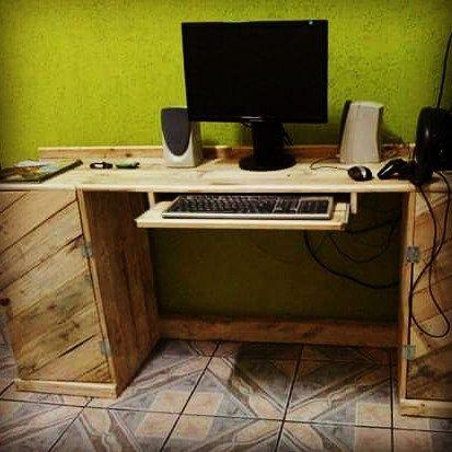 E para o computador,uma mesa de palete.Encomende uma pra vc tbm... Entre em contato e faça seu orçamento. #paletes #pallet#palet# palets#mesa# sustentabilidade #madeirareciclada #garagemdospaletes