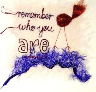 'Remember who you are'. 'Threads' van Molomimi. Handgemaakte kunststukjes van gerecycled textiel. Fairtrade uit Zuid Afrika.