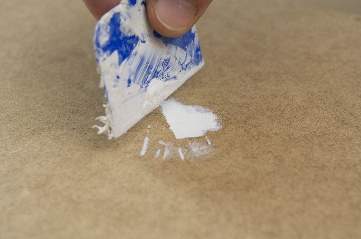 Pasul 8: Prelucrarea suprafeţelor Mai întâi umpleţi cu şpaclul şi chit pentru lemn sau chit auto găurile de şuruburi - dacă există - din suprafeţele expuse privirii ale plăcilor MDF. După uscare (respectaţi specificaţiile producătorului!) neteziţi locurile respective cu hârtie de şlefuit de granulaţie 120.