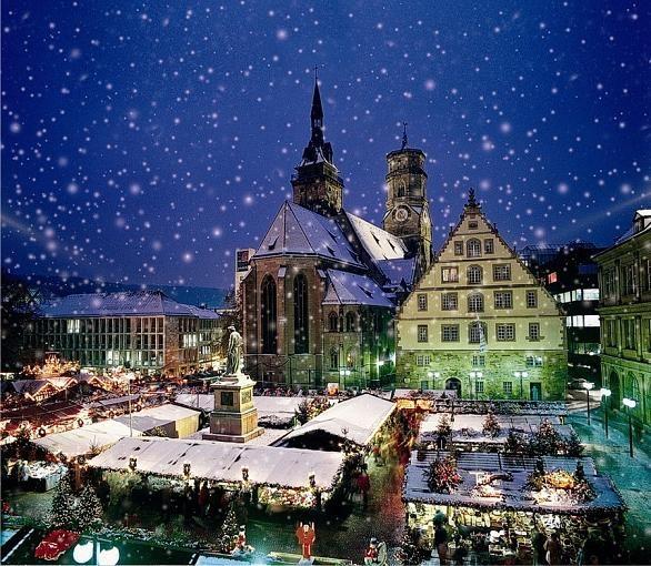 Platz 2: Stuttgarter Weihnachtsmarkt  Im Schwabenländle lockt der Stuttgarter Weihnachtsmarkt vor der Kulisse der Stiftskirche Besucher.