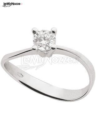 Solitario in oro bianco e pietra da regalare alla sposa al momento della proposta di matrimonio: sfoglia la gallery >> http://www.lemienozze.it/operatori-matrimonio/gioielli/fedi-per-il-matrimonio/media/foto/20