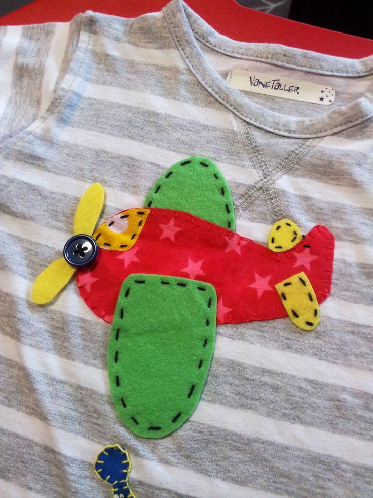 Avión de fieltro y tela de estrellas para decorar una camiseta.