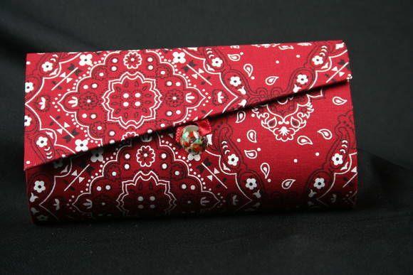 Feito em cartonagem revestida com tecido 100 % algodão por dentro e por fora, ideal pra ser carregado na bolsa.  Tecido Bandana Vermelha por fora, preto com poás vermelhos dentro.  Fechamento com ímã interno, completamente invisível.  Detalhe em murano no fechamento.