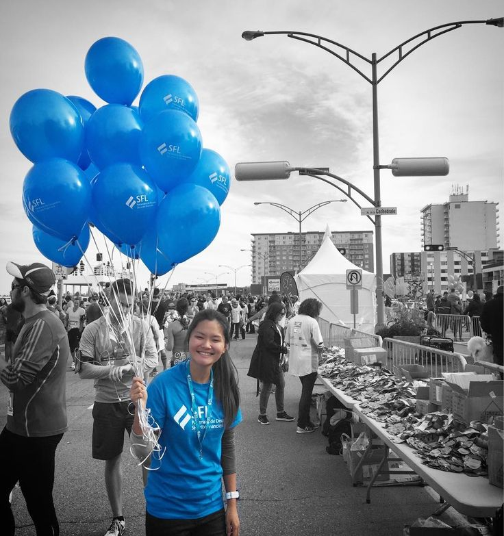 Moi qui rêvais de m'envoler // Have you ever dreamed of holding a bunch of balloons ... and fly?🎈 . #dreamerthinking #bénévolat #ballonhelium #volunteering #readytofly #marathonsfl #marathonderimouski2016 #blueballoon #dreamtofly #marathonrimouski #blacknwhite #colorpop