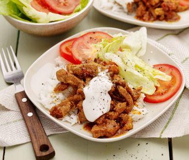 Kebab är en rätt som brukar gå hem hos de flesta och den här kebabtallriken svänger du ihop lätt som en plätt. De möra kebabstrimlorna steks och puttrar i tomatpuré så att en god sås skapas. Servera kebaben med ris, färska grönsaker och ringla över svalkande gräddfil.