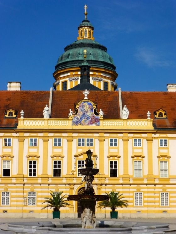 This is the facade of the Church of Melk Abbey.  http://blogs.yahoo.co.jp/whfsc363/66128602.html